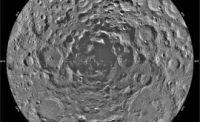 写真下:月の南極のシャクルトンクレータ。LCROSSはここに衝突する予定(画像:NASA)