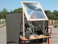 真空チャンバー内の月の砂シュミラントに太陽光線を集めるレンズ。酸素とスラグを産出