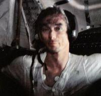 月面滞在を終え、船内でくつろぐアポロ17号の宇宙飛行士Gene cernan。彼のシャツと額がダストで汚れている。