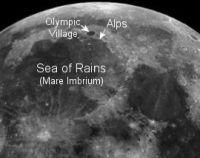 雨の海との境界にある月のアルプス。Olympic Villageと書かれてるところがプラトンクレータ。(写真:NASA)
