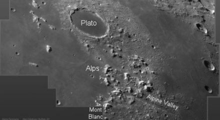 Alan Friedman氏が撮影したプラトンクレータから月アルプス。(写真:NASA)