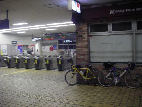 市ヶ尾駅で自転車組み立て