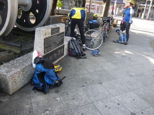 沼津駅前で自転車組み立て