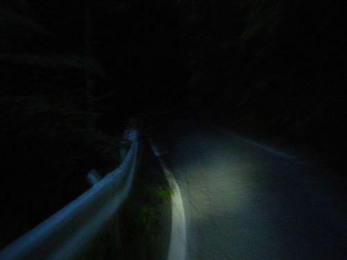 夜の峠を上る