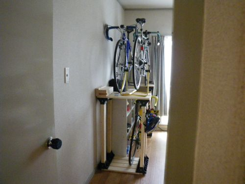 ドアの隙間から覗いた自転車ラック