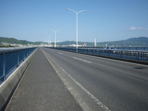 近江大橋を渡る