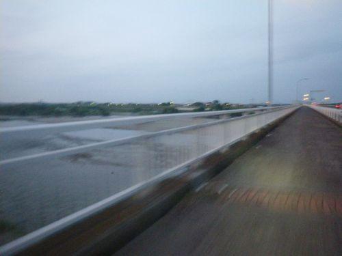 木曽川を渡る