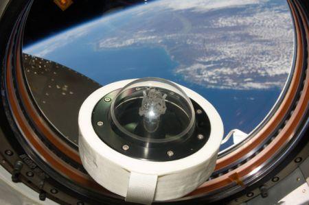 宇宙ステーション内の月の石